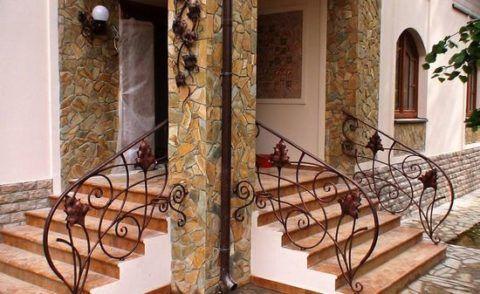 Кованные ажурные перила для бетонного крыльца