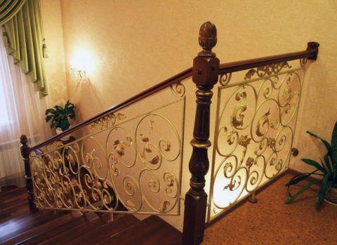 Кованые элементы для деревянных лестниц