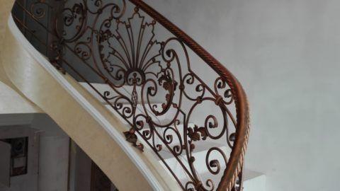 Кованые перила на винтовой лестнице