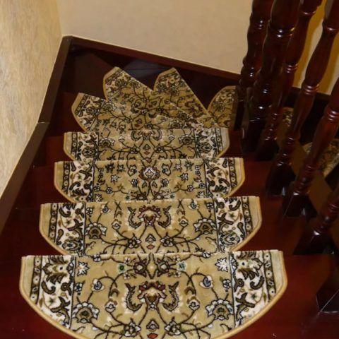 Коврики на деревянных ступенях