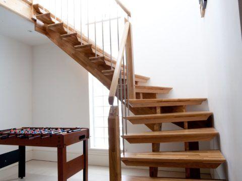 Красивая поворотная лестница из дерева