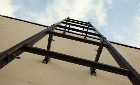 Крепление лестницы к стене