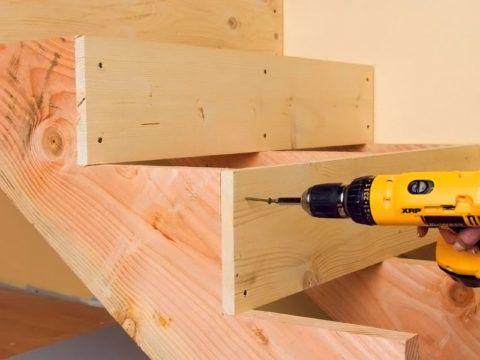 Крепление ступенек деревянной лестницы