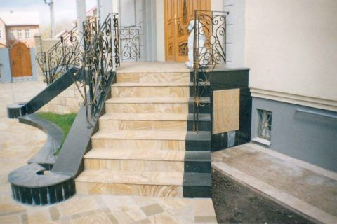 Лестница из кварцевого камня