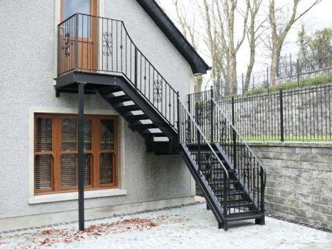 Лестница на второй этаж на улице