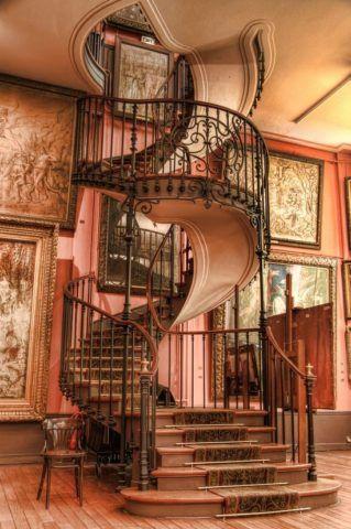 Лестница в готическом стиле может стать и стенным украшением интерьера загородного дома