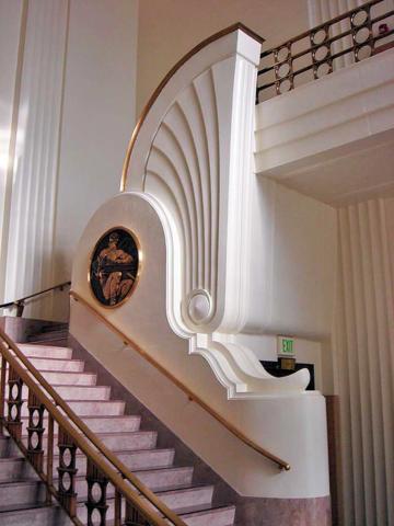 Лестница в интерьере стиля арт-деко 30-х годов прошлого века