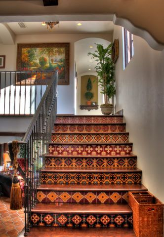 Лестница в восточном стиле с кованными перилами