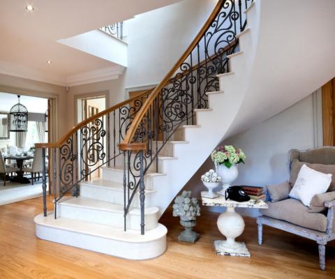 Любую лестницу можно использовать и практично и эстетично