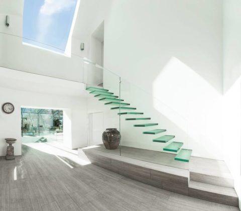 Маршевая лестница в коридоре