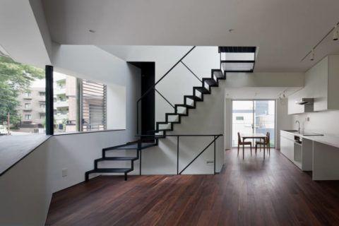 Металлическая каркасная лестница, окрашенная в черный цвет