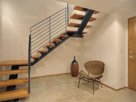 Метaллические лестницы с деревянными ступенями на одном косоуре