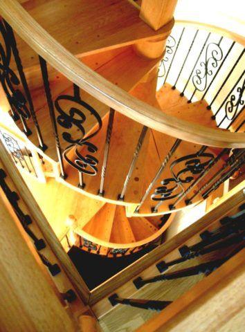 Металлические перила с деревянным поручнем