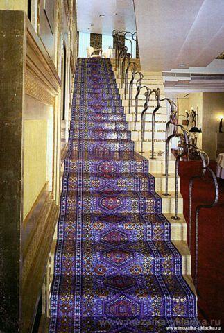 Мозаичная дорожка на лестнице