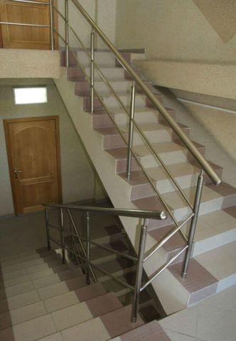 Наиболее экономичный вариант неотполированного керамогранита «соль - перец» часто используется для облицовки лестниц в офисных зданиях