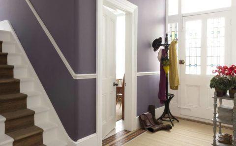 Напольная вешалка около двери выделяет зону прихожей в небольшом коридоре