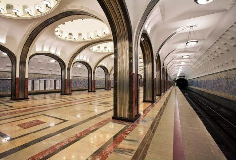 Несмотря на существующие классовые противоречия, ар-деко воплощался и в СССР: фойе станции метро Маяковская признано мировой классикой стиля