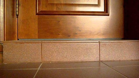 Нижний уровень дверного полотна должен быть выше уровня входной площадки минимум на 5 см