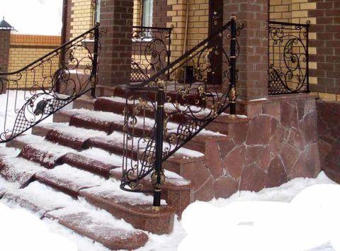 Облицовка бетонной лестницы в зиму проходит настоящее испытание на прочность
