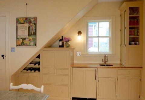 Окно под лестничным маршем отлично подойдет для дневного освещения рабочих столов кухни