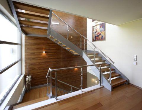 Остекление лестничной площадки при помощи алюминиевой оконной системы