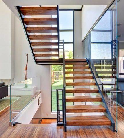Остекление лестницы в современном интерьере