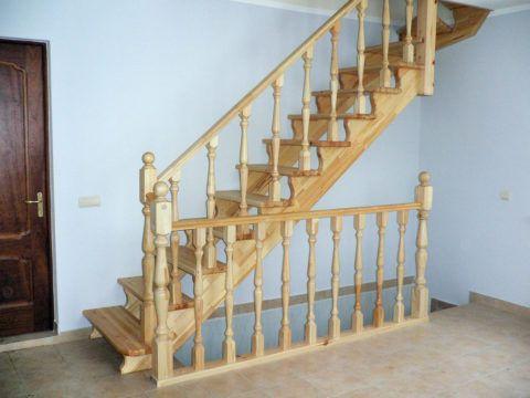 Открытая деревянная лестница без подступенков