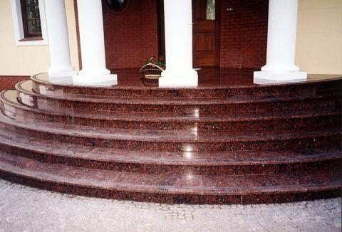 Парадное крыльцо: материал – полированный красный гранит, ступени отделаны накладными плитами