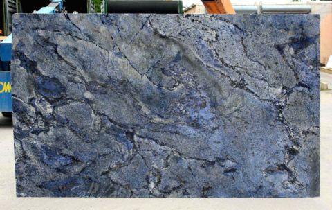 Пласт темного голубого гранита отлично подойдет для реализации интересного интерьера