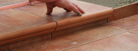 Плитка на ступени укладывается сверху вниз
