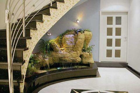 Площадь под лестницей можно использовать весьма оригинально