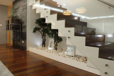 Под лестницей можно оборудовать красивый уголок