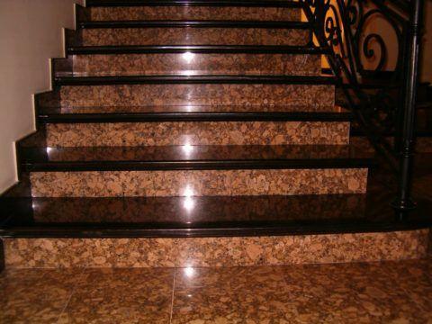 Подступенки лестницы выполнены из коричневого гранита