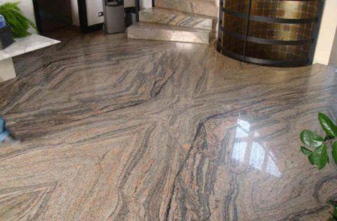Пол холла и ступени, облицованные гранитом слоистой текстуры