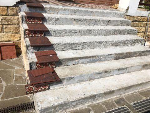 После калибровки ступеней следует раскроить плитку, примерив её на сухую лестницу