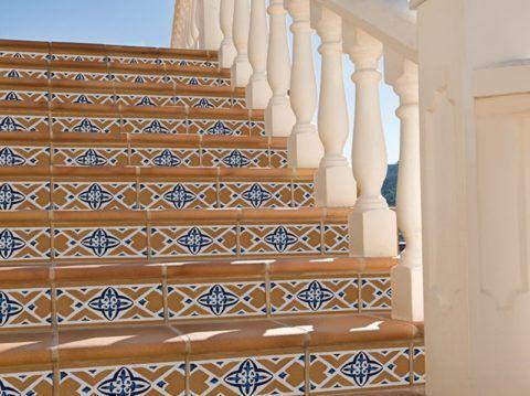 Прямоугольная плитка подступенка очень часто является декоративным элементом лестницы