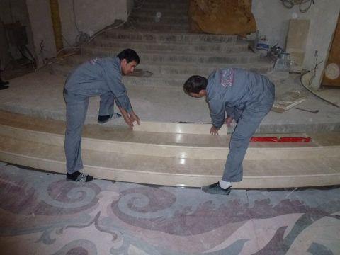 Работы по укладке гранитных плит на ступени ведутся по направлению снизу-вверх