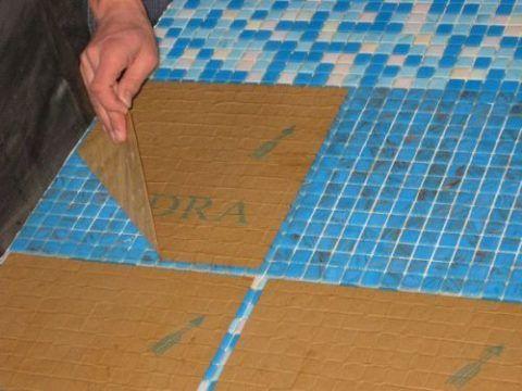 С мозаики снять защитный слой