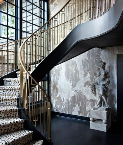 Шерстяные ковровые дорожки, мраморные стены, бронзовые перила с геометрическим орнаментом и античная скульптура – всё сочетается в стиле ар-деко