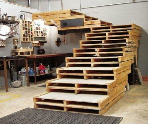 Собранная лестница из поддонов