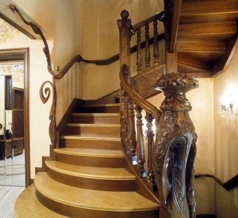 Стационарная лестница из дерева
