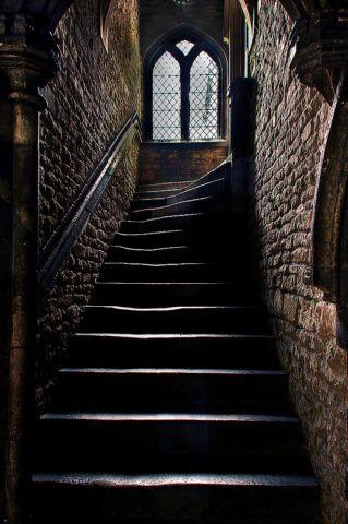 Стрельчатые окна характерны для готических интерьеров