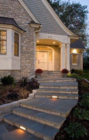 Строительство угловой входной группы может стать интересным дизайнерским решением, определяющим стиль дома и оформление участка