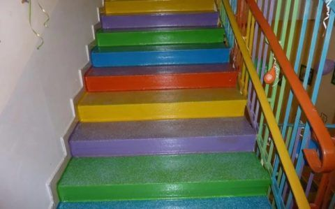 Ступени бетонной лестницы, окрашенные краской.
