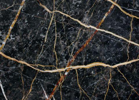 Темно – серый мрамор с контрастными, белыми и коричневыми прожилками