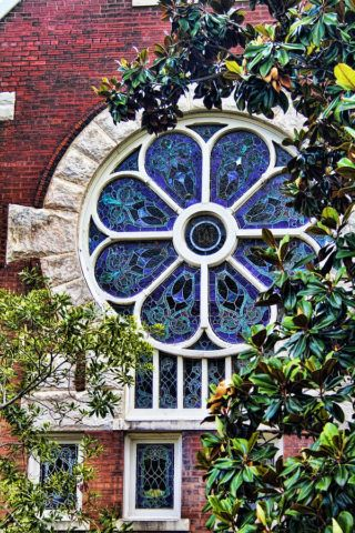 Типичное готическое витражное окно-роза