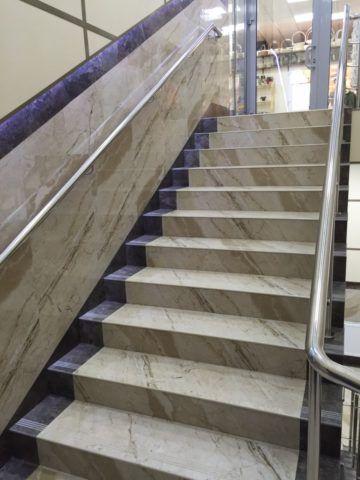 Цветовое решение ступеней перекликается с панелями в отделке стен