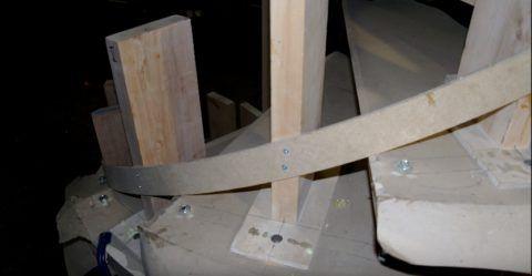 Установка элемента ограждения по шаблону на винтовой лестнице