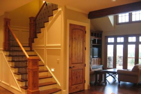 Устройство небольшой кладовки под двухмаршевой лестницей