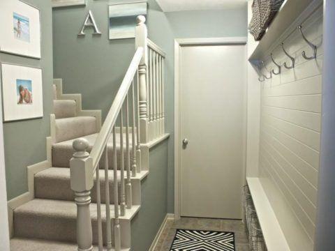 В крошечной прихожей достаточно повесить несколько крючков для одежды и полок для головных уборов и обуви на одной из стен